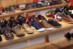 Schuhe im Regal Stockbild