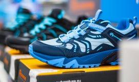 Schuhe im Regal im Speicher stockfotografie