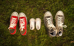 Schuhe im Vater groß, Muttermedium und Sohn oder kleine Größe der Tochter Kinderim Familienliebeskonzept Stockfotos