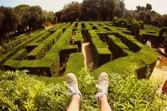 Schuhe im vorderen grünen Labyrinthgarten Stockbild