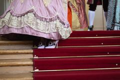 Schuhe - königlicher mittelalterlicher Ball des Retrostils - majestätischer Palast mit den herrlichen Leuten gekleidet in Köni stockfotografie