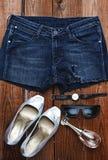 Schuhe, Kleidung und Parfüm Stockfotografie