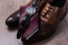 Schuhe mit Bindung und Uhr Lizenzfreies Stockfoto