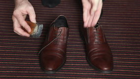 Schuhe, Schuhbürste stock footage