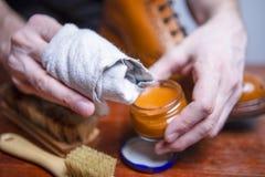 Schuhe-Sorgfalt-Ideen Nahaufnahme von bemannt Hände mit Reinigungs-Werkzeugen lizenzfreies stockfoto