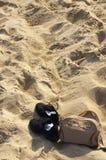 Schuhe am Strand Stockbild