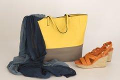 Schuhe, Tasche und Schal Stockbild