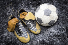 Schuhe u. Fußball Lizenzfreie Stockbilder