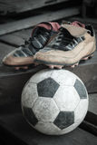 Schuhe u. Fußball Lizenzfreies Stockfoto