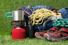 Schuhe und Ausrüstung für das Reisen auf extreme Wege Stockfotografie