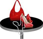 Schuhe und Beutel auf der Tabelle Stockfoto