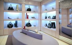 Schuhe und Beutel im Speicher lizenzfreie stockbilder