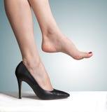 Schuhe und bloße Füße Lizenzfreies Stockfoto