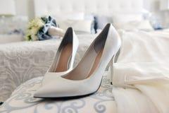 Schuhe und Hochzeitskleid Stockfotos