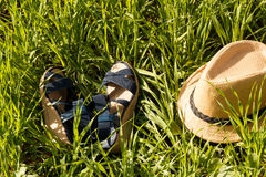 Schuhe und Hut auf Grashintergrund Lizenzfreie Stockfotografie