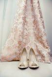 Schuhe und Kleid Stockbild