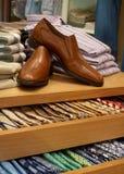 Schuhe und Krawatten-Bildschirmanzeige Stockfotografie