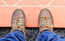 Schuhe und orange Boden für Konzepthintergrund Stockbild