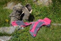 Schuhe und Socken eines müden Gebirgswanderers Lizenzfreies Stockbild