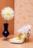 Schuhe und Strumpfband auf der Tabelle stockfotografie