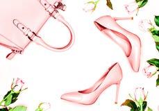Schuhe und Tasche des Pastellrosa-Frauenhohen absatzes auf rosa Hintergrund Flache Lage, weiblicher Hintergrund der modischen Mod Stockbilder