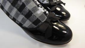 Schuhe und weiße karierte Socken des Schwarzen stockfotografie
