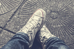 Schuhen unten betrachten, Mann ` s Beine in den Blue Jeans lizenzfreies stockbild