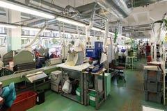 Schuhfabrik Arbeitnehmerin auf einer Nähmaschine Stockbilder