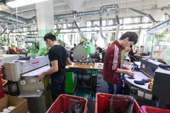 Schuhfabrik Arbeitnehmerin auf einer Nähmaschine Lizenzfreie Stockbilder
