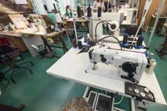 Schuhfabrik Arbeitnehmerin auf einer Nähmaschine Stockfotografie