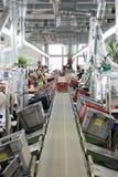 Schuhfabrik Arbeitnehmerin auf einer Nähmaschine Stockbild
