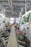 Schuhfabrik Arbeitnehmerin auf einer Nähmaschine Lizenzfreie Stockfotografie