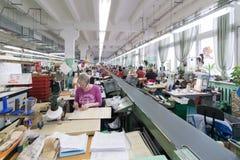 Schuhfabrik Arbeitnehmerin auf einer Nähmaschine Lizenzfreies Stockfoto