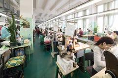 Schuhfabrik Arbeitnehmerin auf einer Nähmaschine Stockfotos