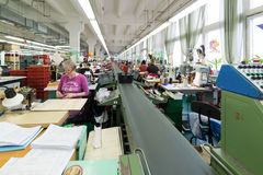 Schuhfabrik Arbeitnehmerin auf einer Nähmaschine Stockfoto