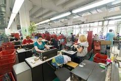 Schuhfabrik Arbeitnehmerin auf einer Nähmaschine Lizenzfreies Stockbild