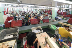 Schuhfabrik Arbeitnehmerin auf einer Nähmaschine Lizenzfreie Stockfotos
