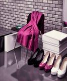 Am Schuhgeschäft Nahaufnahme des Stuhls, des roten Schals, der Tasche und des s Lizenzfreie Stockfotografie