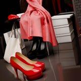 Am Schuhgeschäft Nahaufnahme des Stuhls, des roten Schals, der Tasche und des s Lizenzfreies Stockbild