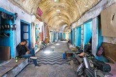 Schuhgeschäfte in einer Gasse in Kairouan, Tunesien lizenzfreie stockfotos