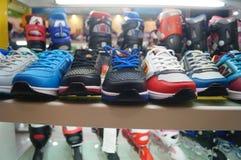 Schuhgeschäftschuhe auf Anzeige Stockfotografie