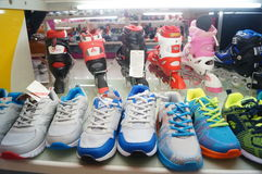 Schuhgeschäftschuhe auf Anzeige Lizenzfreie Stockbilder