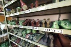 Schuhletzte auf einem Regal Stockfotos