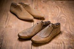 Schuhletzte auf hölzernem Hintergrund Lizenzfreie Stockfotografie