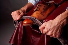 Schuhmeister, der braune Schuhe glänzt glance stockfotos