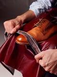 Schuhmeister, der braune Schuhe glänzt glance lizenzfreies stockfoto