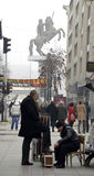 Schuhreinigermann und Monument eines Kriegers stockfotos