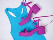 Schuhrosa der Frauen schnüren sich oben Plattformsandale Modeausstattung, Frühjahr-Sommer Kollektion Fahrwerkbeine und Frauenbeut stockbild