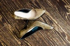 Schuhstand der Frauen auf dem Bretterboden Stockfotografie