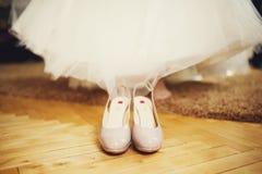 Schuhstand vor den Beinen einer Braut Lizenzfreies Stockbild